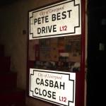 Carteles de las calles en reconocimiento a Pete Best y al Casbah Coffe Club