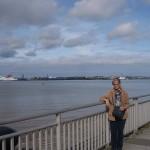 Conchi en el rio Mersey con la estacion del Ferry al fondo