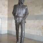 Estatua de John en el aeropuerto de Liverpool