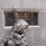 Estatuta y cartel de Eleanor Rigby