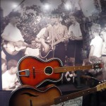 Guitarra y foto de Jonh en la  actuacion de The Quarrymen en St. Peter's Church