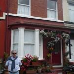 José ante la casa de John en el 9 de Newcastle Road