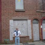 José ante la primera casa de Ringo en Madryn Street