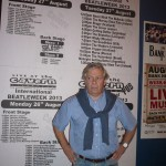 José delante del cartel anunciador de los conciertos