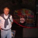 José delante del escenario de The Cavern