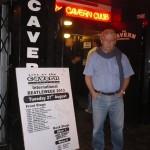 José en la puerta The Cavern
