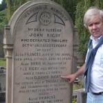 José en la tumba de Eleanor Ridgby en St. Peter's Church