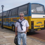 Jose ante el autobus del Magical Mystery Tour