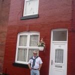 Jose delante de la casa de George en el 12 de Arnold Grove