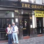Jose y Ana, nuestra guia, delante de The Grapes