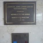Placa de la estatua de John en el aeropuerto de Liverpool