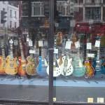 Escaparete tienda guitarras