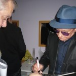 En el camerino Nicola firmando un vinilo a Jose